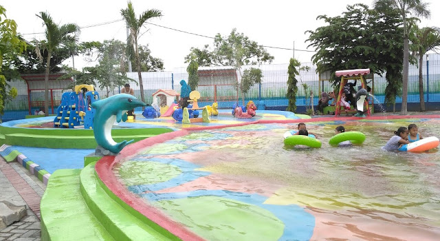 Keseruan area playground Waterboom Menganti
