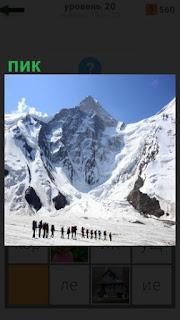 около вершины цепочка людей, собирающихся покорить пик горы