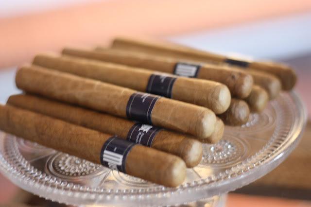 Zigareen mens table, Hochzeitsmotto aus M wird M, Pastell und Vintage im Riessersee Hotel Garmisch-Partenkirchen, Bayern
