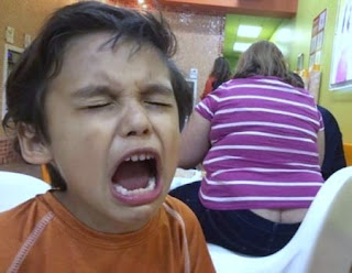 Kind schreit wegen dicker Frau - Lustiger Po Blitzer