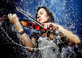 Gambar Wanita Cantik Main Biola di Tengah Hujan Deras Main Hujan Romantis