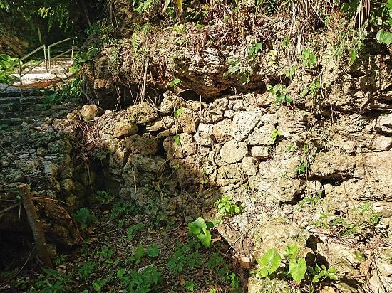 江洲グスク(江洲城跡)内にある崖葬墓の写真