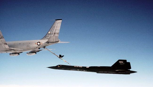 SR-71 Blackbird mengisi bahan bakar di udara