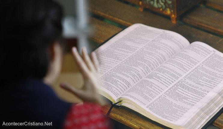 Sordomudo con Biblia