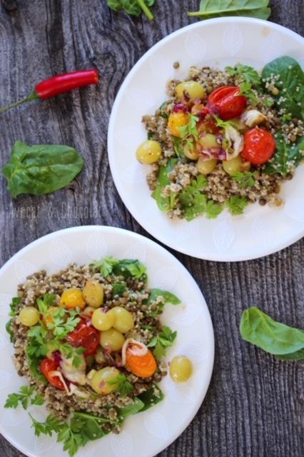 """alt=""""2 assiettes blanches remplies de salade de quinoa et lentille présentée sur une vieille planche grise"""""""