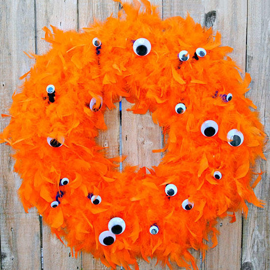 26 best Halloween decoration ideas for outdoor. Monster eyes wreath spooky decoration ideas for front door. Best Halloween outdoor decoration ideas. Spooky décor ideas for front porch. Halloween spooky decoration for party. Best fun theme for Halloween.  Halloween decoration for front door.