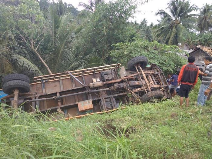 Hilang Kendali Satu Unit Truck Tergelincir Masuk Jurang