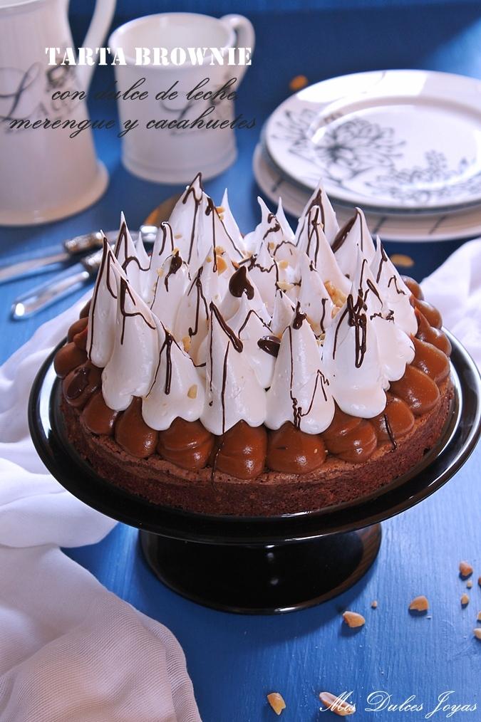 Tarta brownie con dulce de leche, merengue y cacahuetes