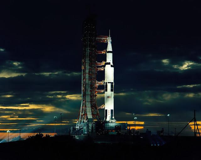 Tên lửa Saturn V chở sứ mệnh Apollo 17 lên Mặt Trăng đang chuẩn bị được phóng vào tháng 12 năm 1972. Hình ảnh: NASA.