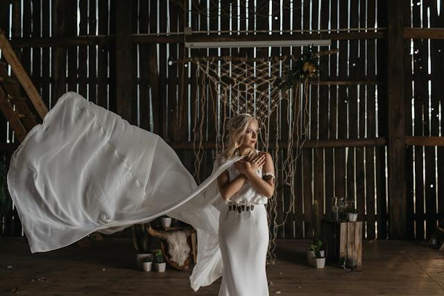 Gładka suknia ślubna w stylu boho