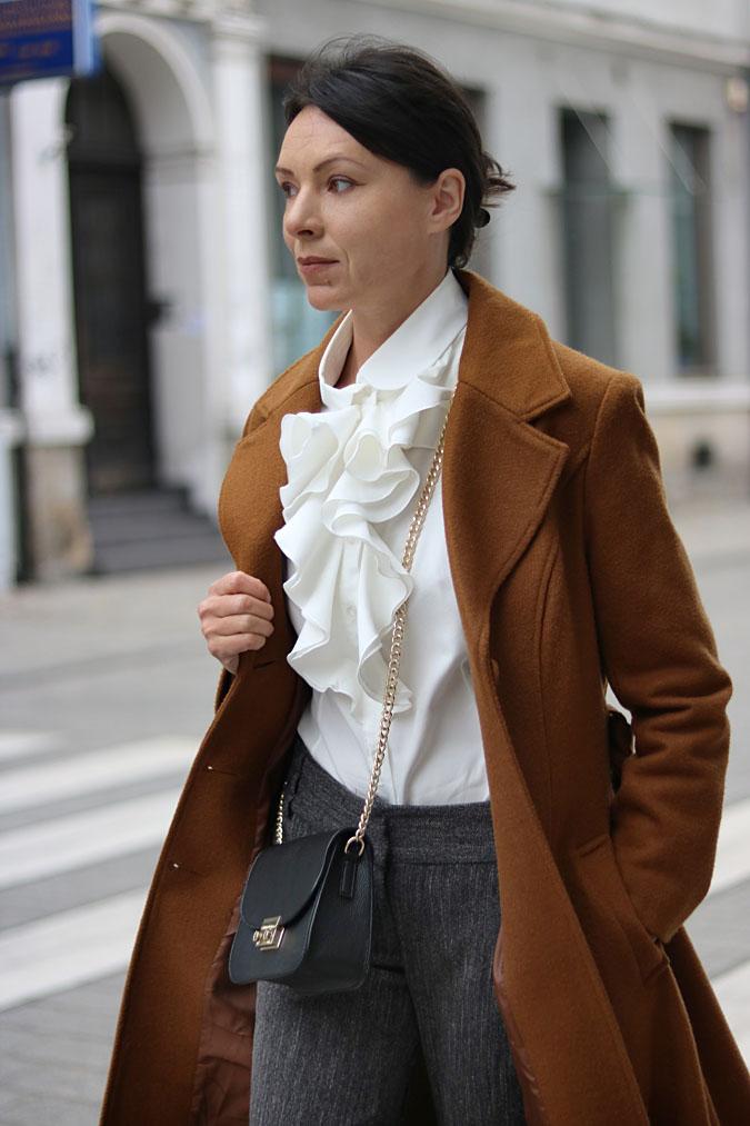 blog modowy 40+ bluzka z żabotem
