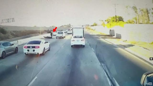 Βίντεο: Δείτε τον πιο απίστευτο καβγά μεταξύ οδηγών μοτοσικλέτας και αυτοκινήτου
