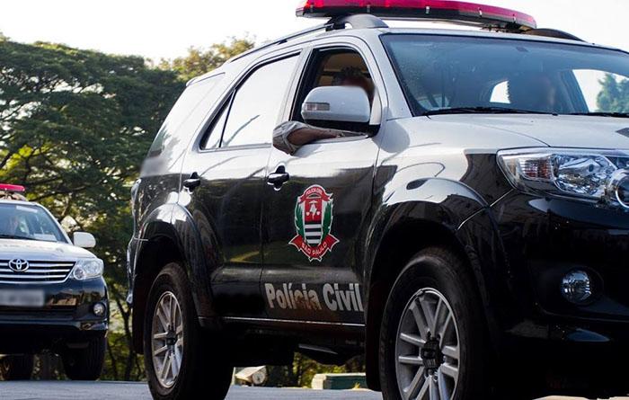 Bandidos fazem família refém e roubam veículos na área rural de Pinhal