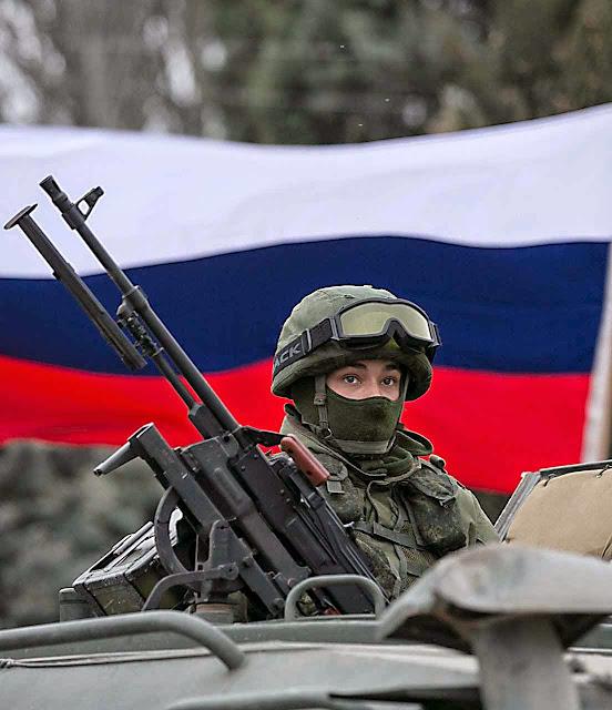 Soldado russo na Criméia.  Até hoje Putin insiste que não há um só deles na Ucrânia.  Mas a verdade é que eles iniciaram tudo  por ordem expressa do chefe do Kremlin.