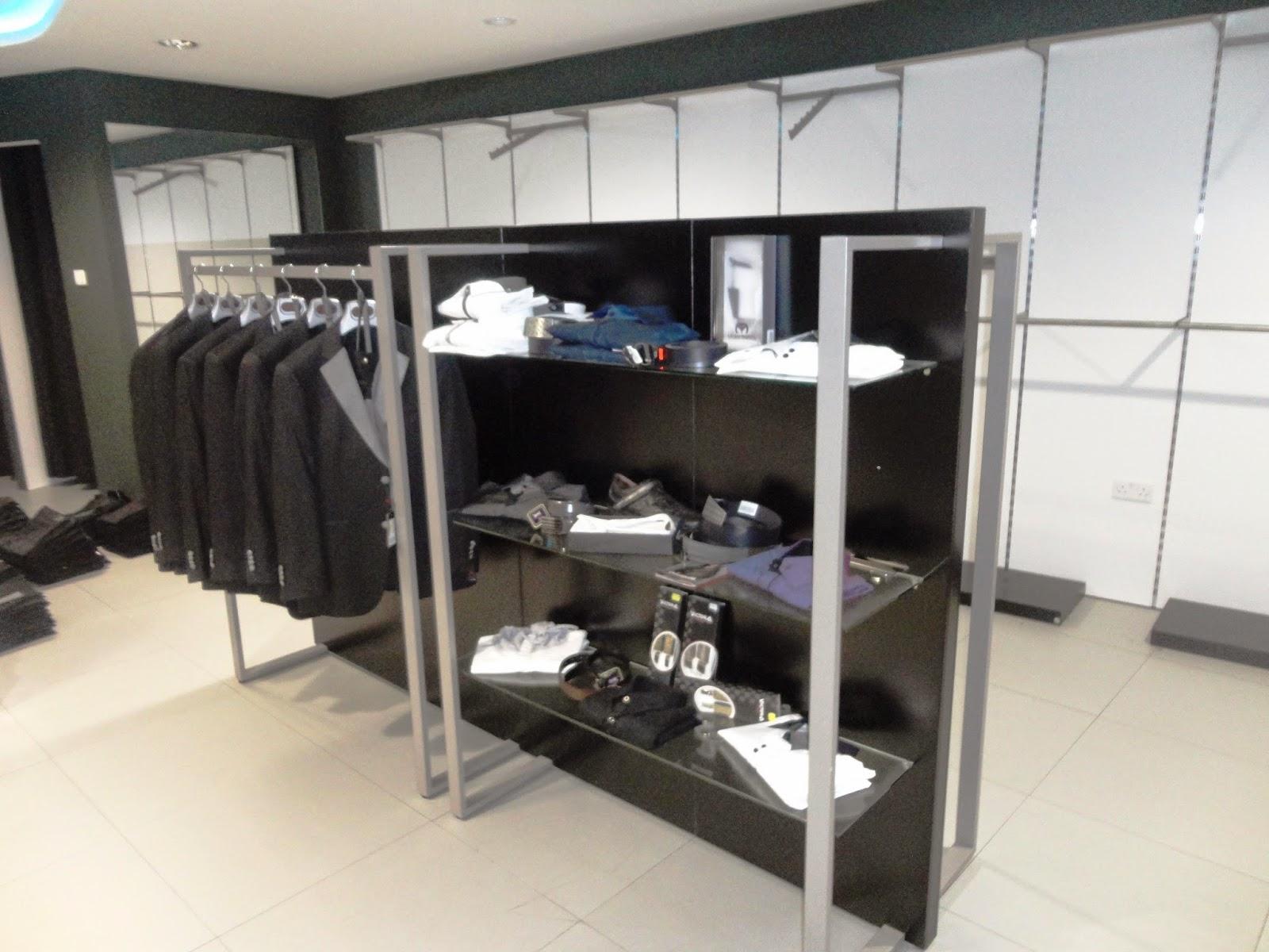 148262a8624 Τα τραπέζια χρησιμοποιούνται στο κέντρο του καταστήματος για προβολή  διπλωμένων ρούχων ή για τη δημιουργία θεματικών ενότητων με προσφορές.