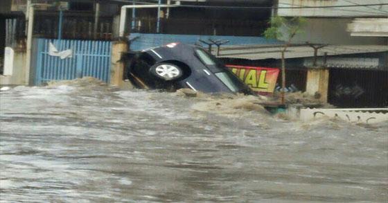 Video Ngeri, Detik-Detik Banjir Bandung Yang Seperti Tsunami
