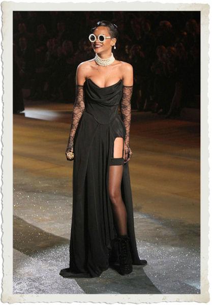 Rihanna in abito nero al Victoria's Secret Fashion Show 2012