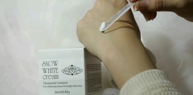 Aplikasi bahan pemutih pada wajah