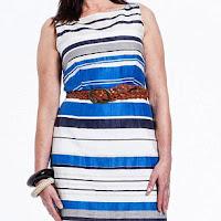 Женщина за 50 в приталенном платье в полоску