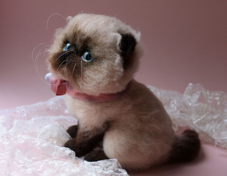 10-Siamese-Cat-Tatiana-Barakova-Татьяна-Баракова-Plush-little-Animals-made-of-Wool-www-designstack-co