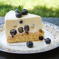http://www.bakingsecrets.lt/2014/07/blueberry-yogurt-cake-jogurtinis_27.html