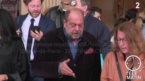 L'hommage mystique d'Arielle Dombasle à Notre-Dame-de-Paris - ZAPPING ACTU DU 19/04/2019