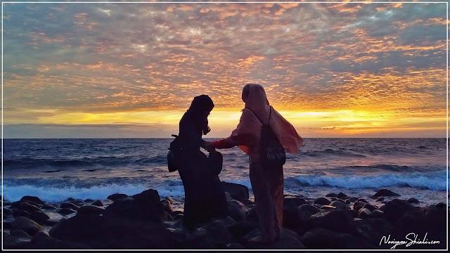 Sahabat dan Senja di pulau Hiri