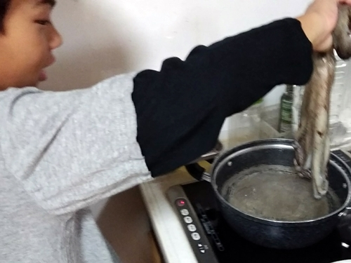 下処理~茹でて焼くまで小5の息子に手伝いをさせました