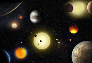 """I dati sulle ricerche di pianeti extrasolari dimostrano che questa tipologia di pianeti e' presente attorno a circa il 20 per cento delle stelle analoghe al Sole.  Lo studio e' stato pubblicato di recente su Astrophysical Journal, come riporta il sito dell'Istituto nazionale Astrofisica.  La presenza di questi dischi ricchi di polvere stellare, gas e detriti, che circondano alcune stelle, sarebbe la principale causa di formazione di questi pianeti giganti, ma ci sono due teorie che gli scienziati stanno portando avanti.      La prima afferma che i pianeti gassosi si formino lentamente attorno a un nucleo di ghiaccio e roccia, a causa di rapidi accrescimenti di gas nel disco circostante.  Una varietà climatica davvero interessante caratterizza i pianeti gassosi caldi. A rivelarlo è un team di studiosi dell'University of Arizona che ha confrontato di dati del telescopio """"cacciatore di pianeti"""" Kepler con precisi modelli matematici modelli."""