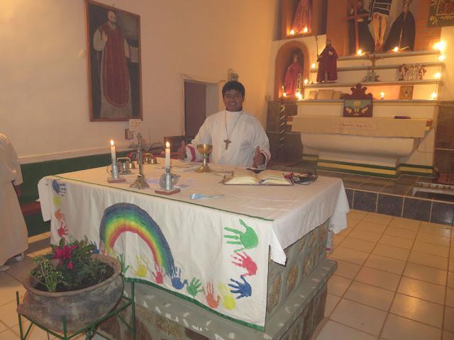In einem der Seelenämter nahm der Sportlehrer als Ministrant teil. Er unterrichtet auch Religion und ist Asesor der Promoción 2017, deren Padrino ich bin.