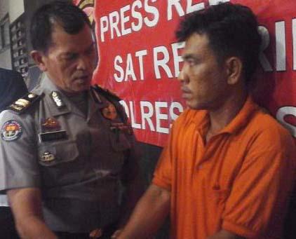 Bakti Siregar tersangka pelaku cabul di Paluta saat diintrogasi polisi.