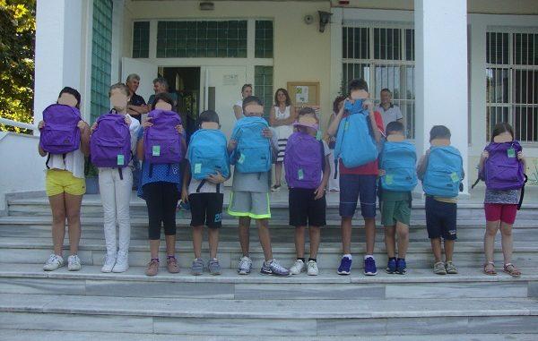 Οι Συμβολαιογράφοι Ναυπλίου-Καλαμάτας πρόσφεραν 10 σχολικές τσάντες σε σχολεία στην έδρα του κάθε Πρωτοδικείου της Περιφέρειας