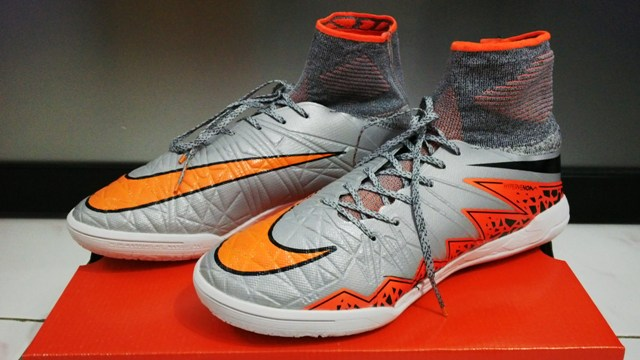 6933cd7ec550 Sepatu Futsal Nike Hypervenom X Proximo Silver Orange IC