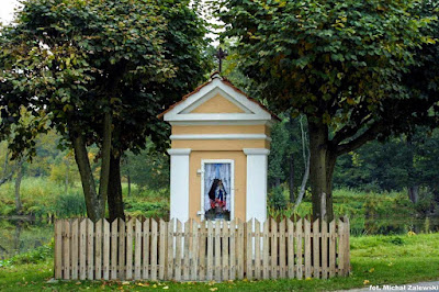 Klasycystyczna kapliczka komemoratywna w Repkach pow. sokołowski na Podlasiu