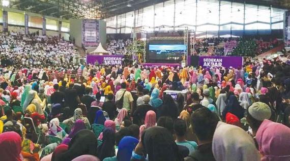 SEDEKAH AKBAR :  Pertemuan antara donatur dan anak yatim dan penghafal Al Quran di acara Sedekah Akbar Indonesia  di GOR Pangsuma 10 Desember 2017 yang lalu. Foto hak cipta MARSITA RIANDINI/ PONTIANAK POST
