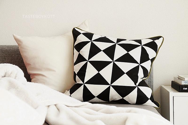 Schlafzimmer skandinavisch schlicht dekorieren in schwarz-weiß mit Textilien und Bildbänden für den Februar