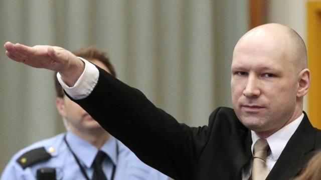Assassino da Noruega faz saudação nazista em julgamento