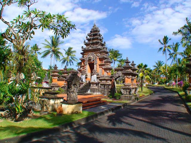 На фото - изображение храма на территории туристической зоны на острове Бали, Индонезия
