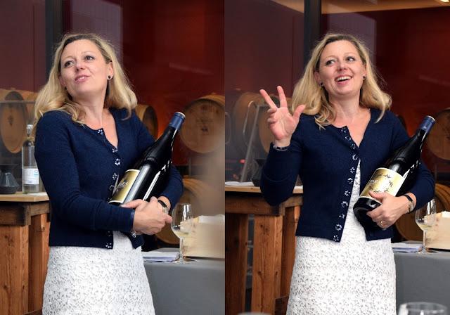 Sommeliere Natalie Lumpp mit Magnum Flasche