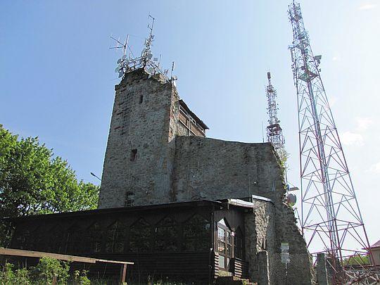 Kamienna wieża stylizowana na zamkową ruinę.
