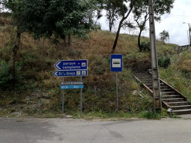 Placas indicativas da praia Fluvial e Parque de campismo de Serpins