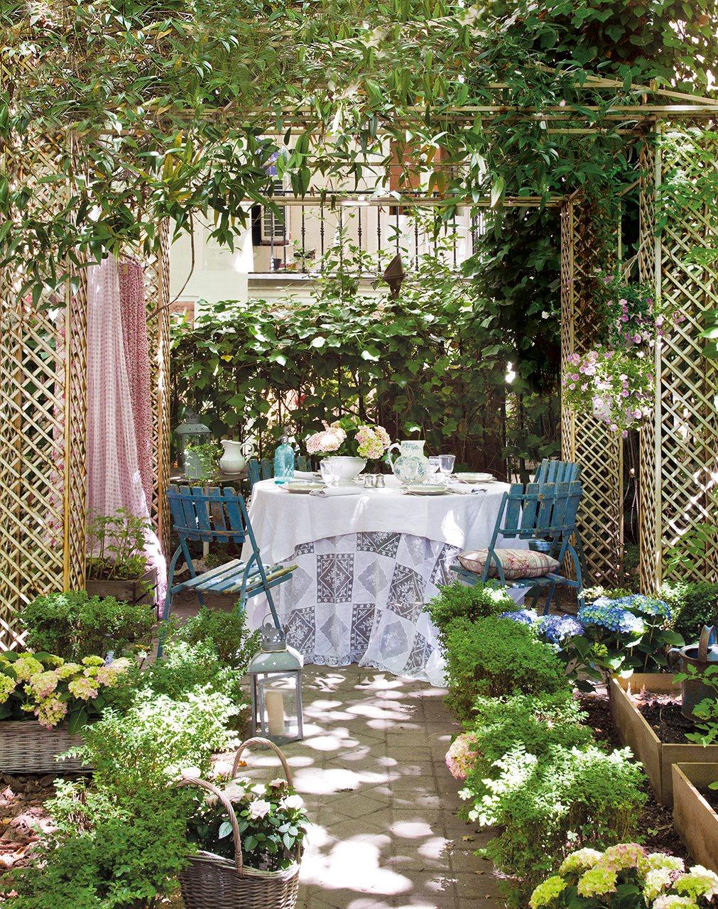 Peque os jardines de ciudad decoshabby for Deco jardines pequenos