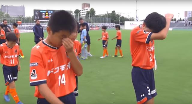 Niños españoles consuelan a japoneses en partido de fútbol