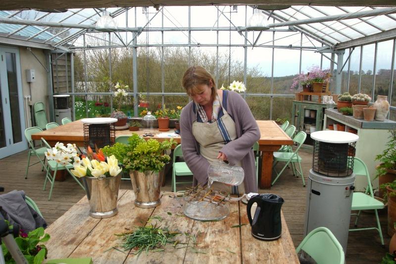 Sarah preparando un arreglo de flores