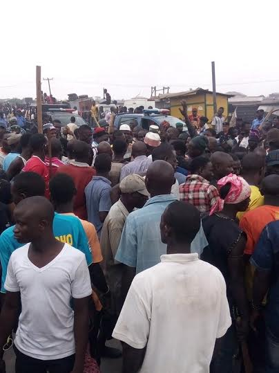 Pictures of hausa and yoruba youths fighting in Ketu Mile 12
