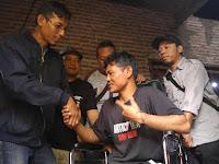 Jurnalis Beri Bantuan Kursi ke Penyandang Disabilitas
