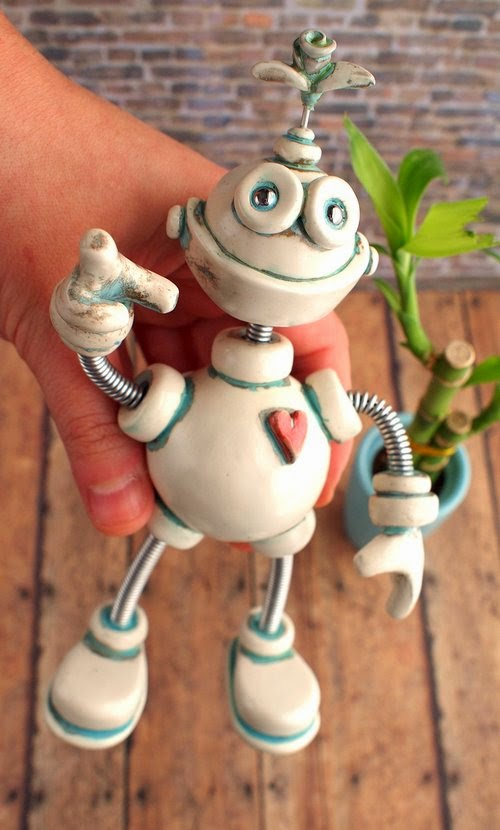 08-Patina-Pebo-HerArtSheLoves-Clay-Robot-World-Sculptures-www-designstack-co