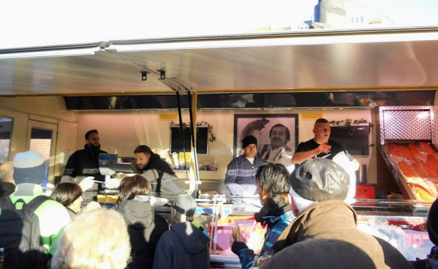 Cool things to do in Hamburg: Watch the fishmongers at Hamburg Fischmarkt
