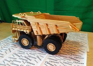 Miniatur Caterpillar 797 Dump Truck dari bahan kayu