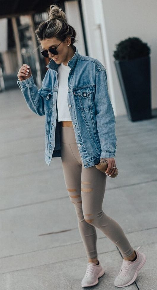 comfy outfit idea for this fall / denim jacket + white crp top + beige leggings + sneakers